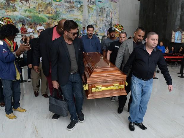 Corpo de Deise Cipriano é enterrado (Foto: Agnews)