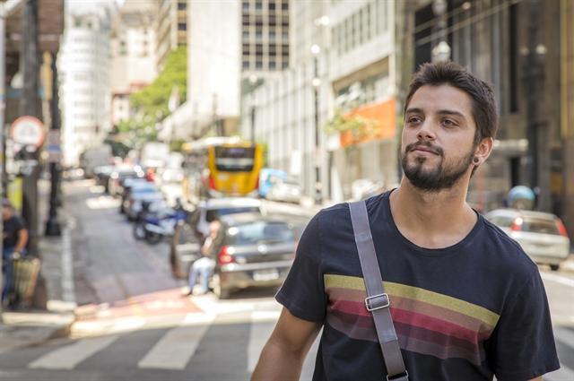 Bruno (Rodrigo Simas) em Órfãos da Terra (Foto: Globo/Paulo Belote)