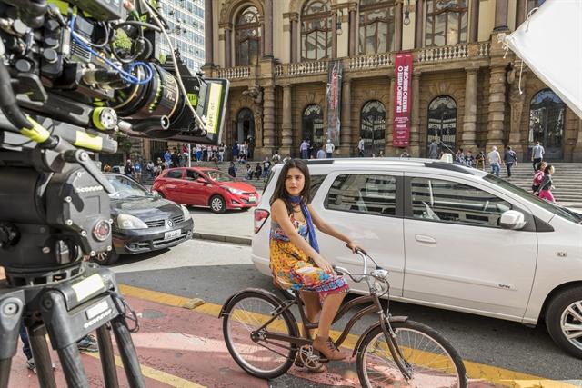 Laila (Julia Dalavia) nas gravações (Foto: Globo/Paulo Belote)