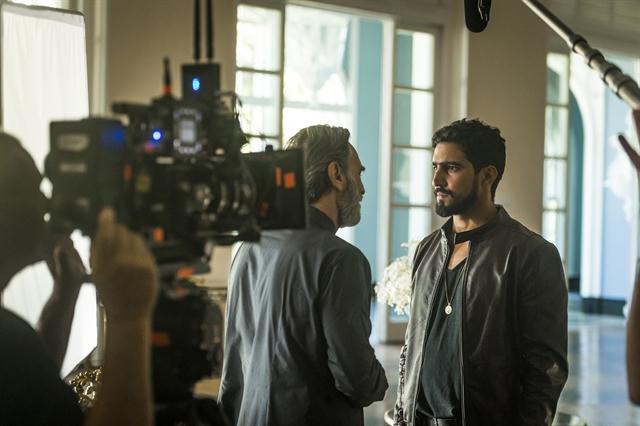 Aziz (Herson Capri) e Jamil Renato Góes em Órfãos da Terra (Foto: Globo/Paulo Belote)