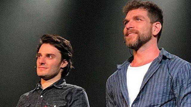 Hugo Bonemer e o namorado Conrado Helt (Foto: Reprodução)