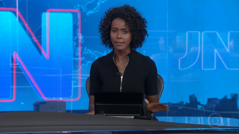 A apresentadora Maria Júlia Coutinho em sua estreia na bancada do Jornal Nacional (Foto: Reprodução/Globo)