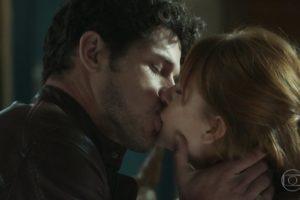 Marina Ruy Barbosa (Luz) e José Loreto (Júnior) se beijam em O Sétimo Guardião (Foto: Reprodução/Globo)
