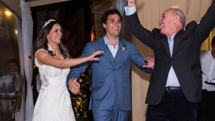 Paloma Tocci publica foto de casamento com Felipe Maricondi ao lado de Ricardo Boechat Imagem: Reprodução/Instagram/palomatocci