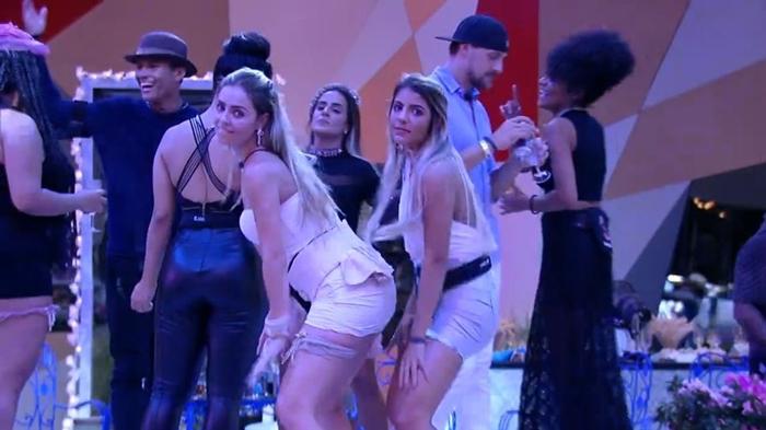 Paula e Hariany dançam na festa Moda no BBB19 (Foto: Reprodução/Globo)