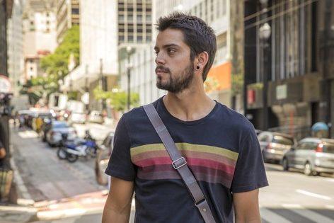 Rodrigo Simas na novela Órfãos da Terra. (Foto: Globo/ Paulo Belote)