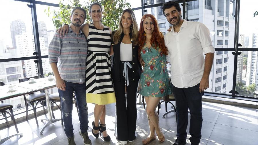 Ticiane Pinheiro entre os casais Aritana Maroni e Paulo Rogério e Nana Indigo e Bruno Gomes (Foto: RecordTV)
