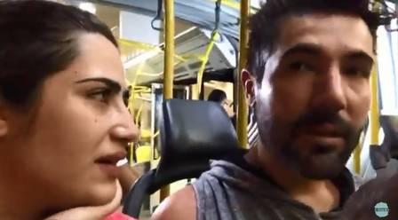 Jéssica e Sandro Pedroso pegando BRT no Rio (Foto: Reprodução/Youtube)