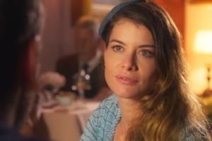 Alinne Moraes (Isabel/Dora) em cena de Espelho da Vida (Foto: Reprodução/Globo)
