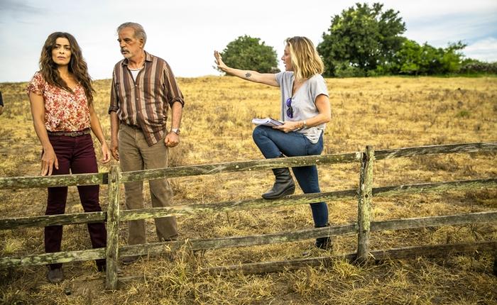 A diretora artística Amora Mautner dirigindo cena de Ademir (Genézio de Barros) e Maria da Paz (Juliana Paes) (Foto: Globo/João Miguel Júnior)