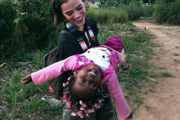 Bruna Marquezine posou com uma  criança africana (Foto: Reprodução/Instagram)