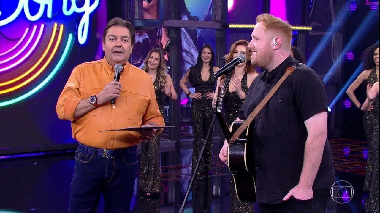 Gavin James e Fausto Silva no Domingão (Foto: Reprodução/ Globo)