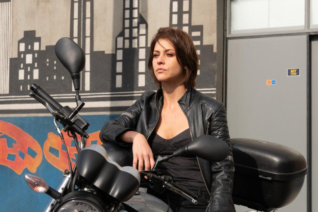 Chris Ubach é a protagonista de A Garota da Moto