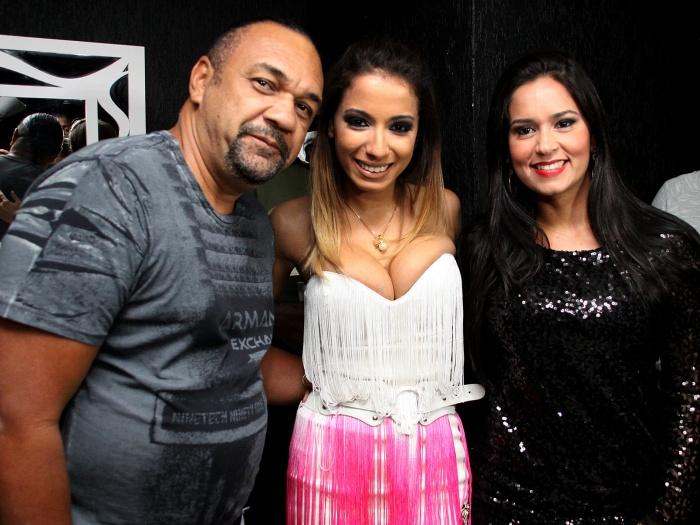 Rômulo Costa ao lado de Anitta e da esposa (Foto: Reprodução)