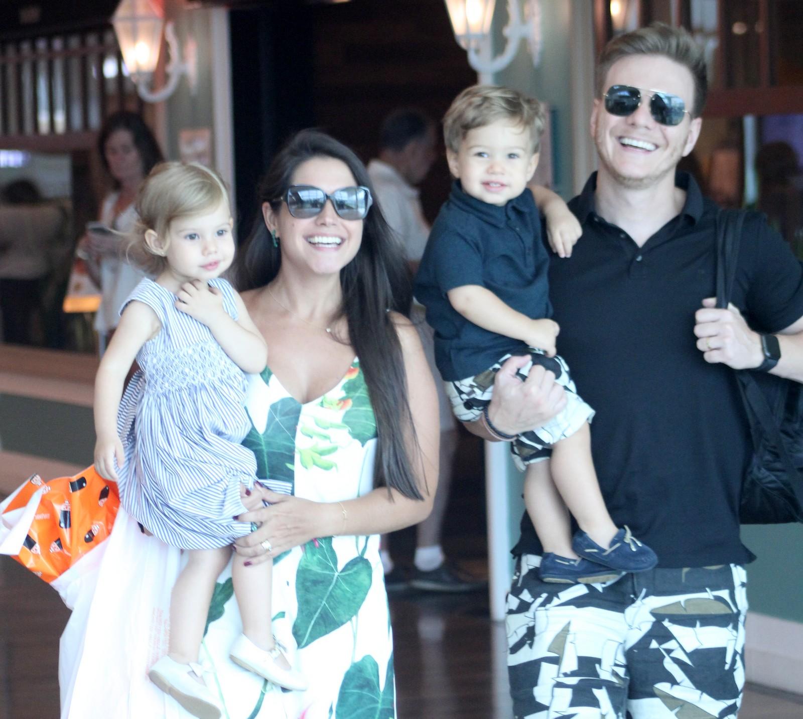 Thais Fersoza, Michel Teló e os filhos (Foto: AgNews)