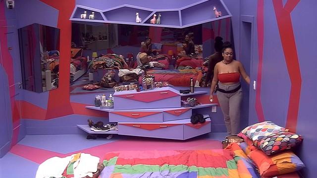 Rízia entra no quarto após Paula questionar (Foto: Reprodução)