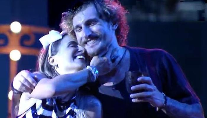 Carolina e Alan em momento de carinho no BBB19 (Foto: Reprodução/Globo)