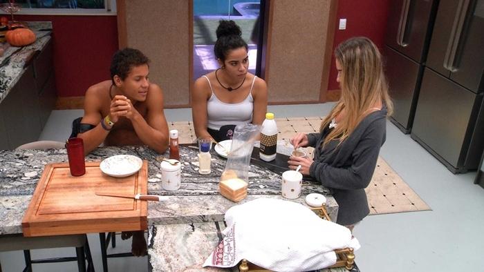 Danrley, Elana e Paula durante conversa no BBB19 (Foto: Reprodução/Globo)