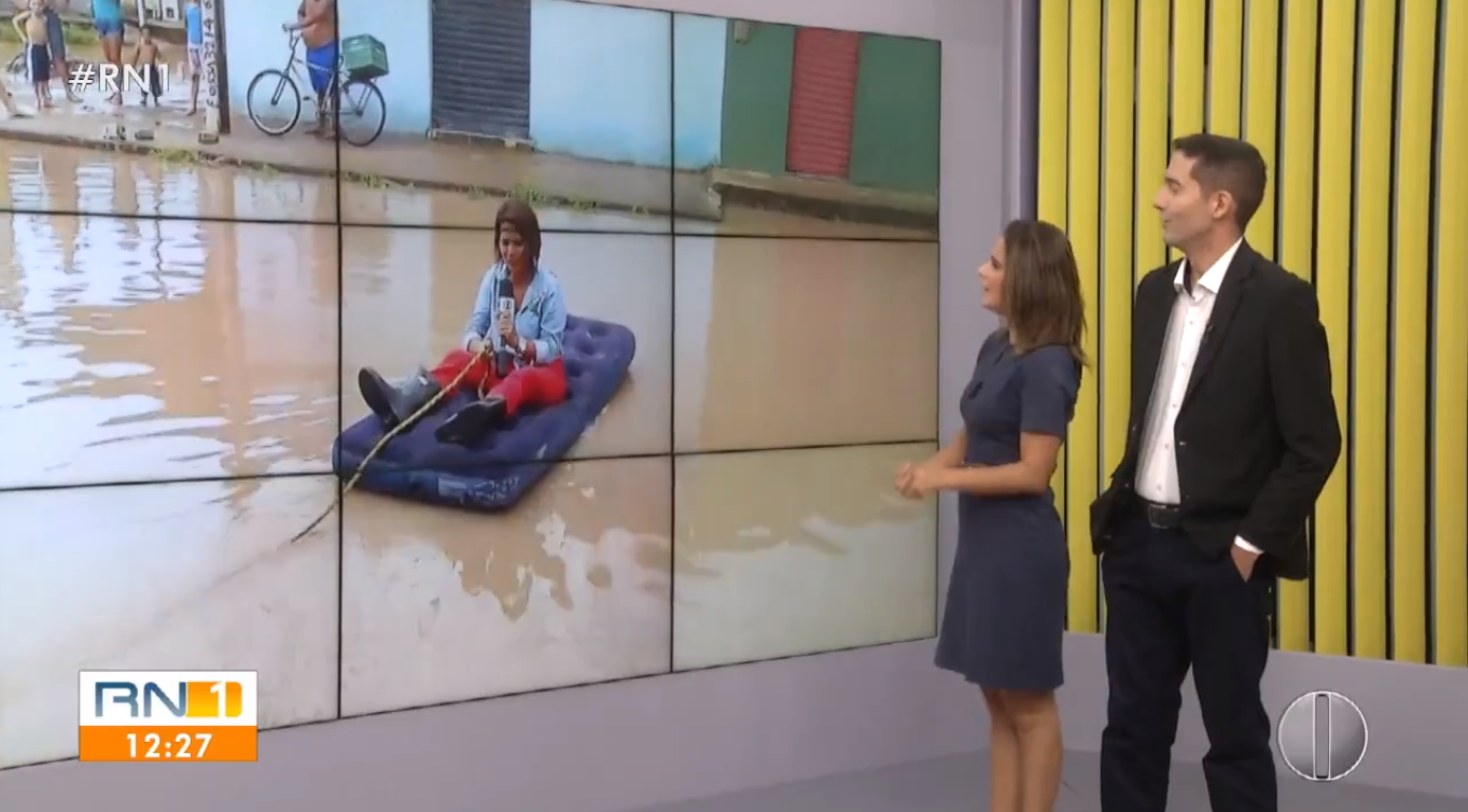 Jornalista da Globo no meio do lamaçal (Foto: Reprodução)