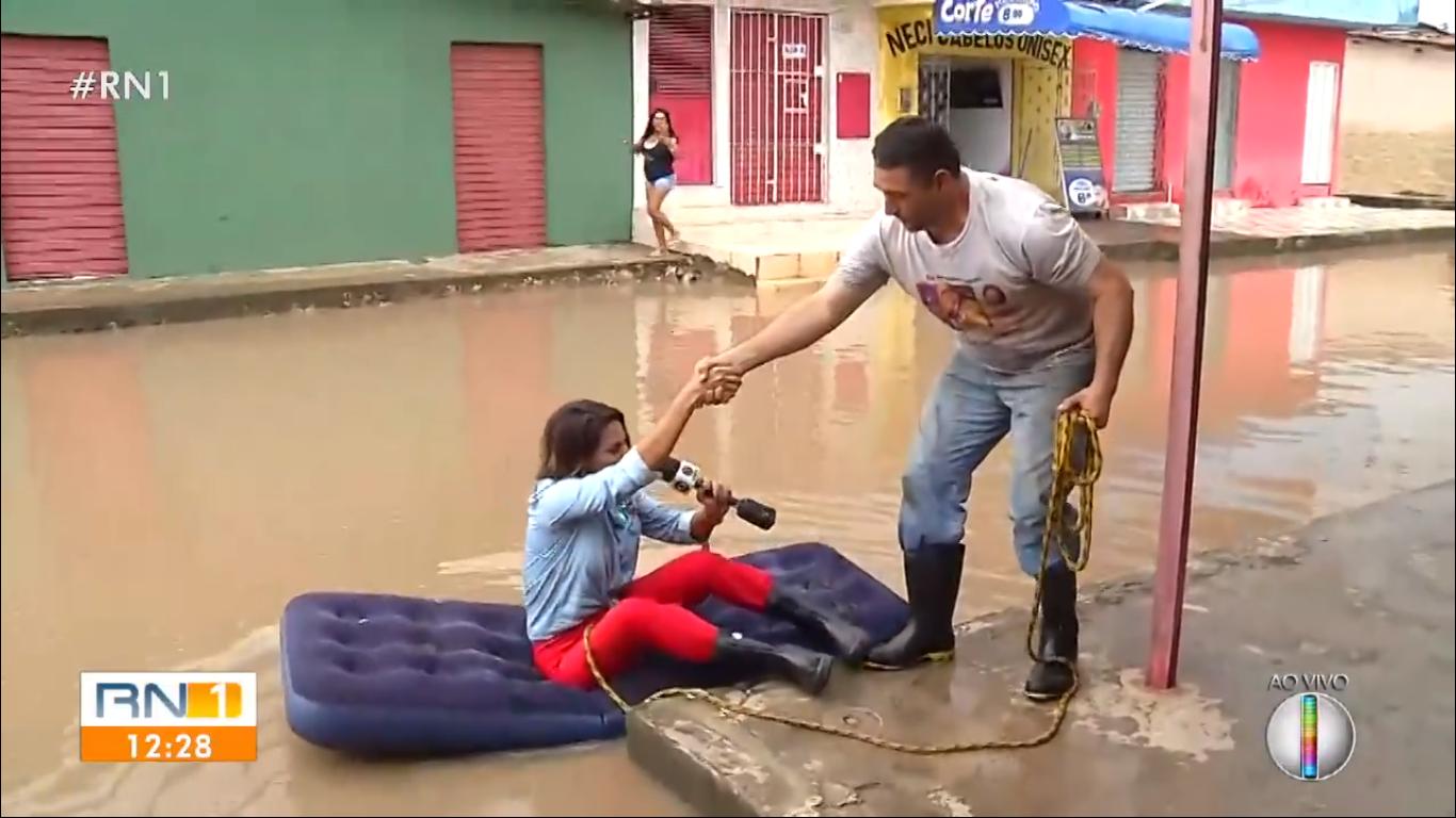 Ela precisou da ajuda de um rapaz para sair durante reportagem em Natal (Foto: Reprodução)