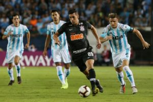Jogo do Corinthians sobre o Racing (Foto: REUTERS/Agustin Marcarian)