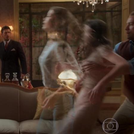 Cris deixa o corpo de Julia em Espelho da Vida (Foto: Divulgação)