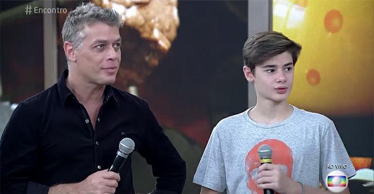 Fábio Assunção e o filho, João Assunção no programa Encontro, na Globo. Filho do ator saiu em defesa do pai nas redes sociais após piadas envolvendo vício em drogas (Foto: Divulgação)