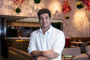 Felipe Bronze é o apresentador do Top Chef, reality culinário da Record (foto: Divulgação)