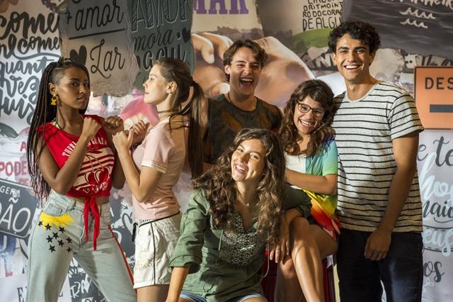 Jaqueline (Gabz), Anjinha (Caroline Dallarosa), Thiago (Danilo Maia), Rita (Alanis Guillen), Raíssa (Dora de Assis) e Guga (Pedro Alves) (Foto: Globo/Estevam Avellar)