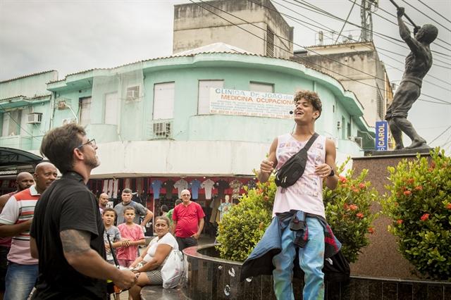 Adriano Melo dirige Gabriel Santana (Cléber) em gravação de Malhação em Duque de Caxias (Foto: Globo/João Cotta)