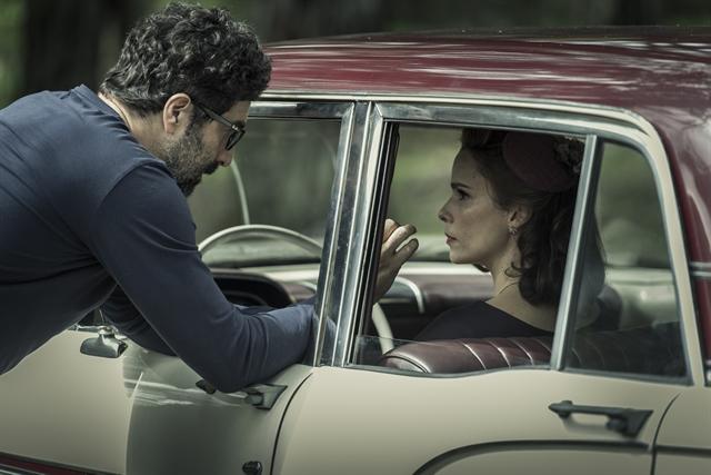 Isabel (Débora Falabella) com o diretor Carlos Manga Jr em gravação de Se Eu Fechar os Olhos Agora (Foto: Globo/Mauricio Fidalgo)