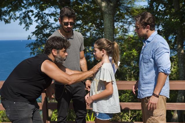 O diretor Pedro Vasconcelos dirige cena de abraço entre Alain (João Vicente de Castro) e Daniel (Rafael Cardoso) em Espelho da Vida (Foto: Globo/Cesar Alves)