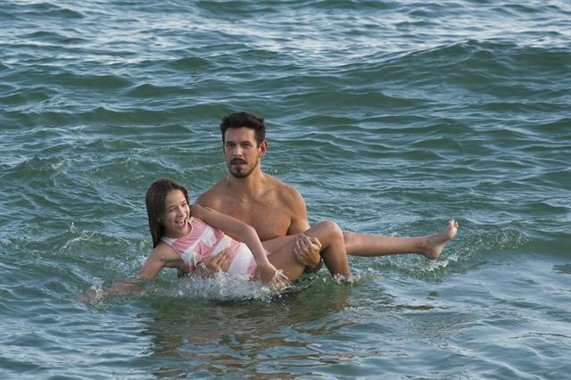 Priscila (Clara Galinari) e Alain (João Vicente de Castro) se divertem durante viagem (Foto: Globo/Cesar Alves)