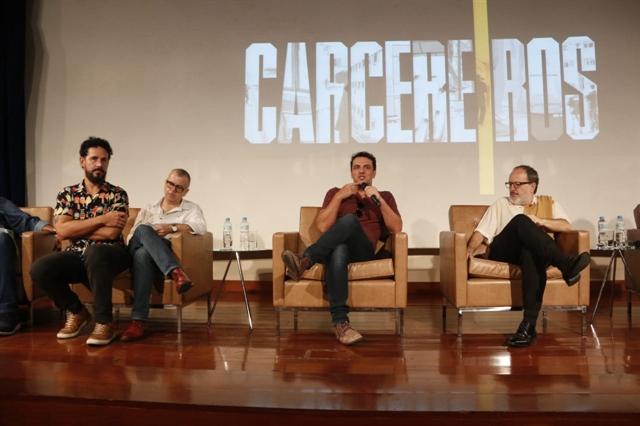 Autores, diretores e elenco no evento de lançamento da segunda temporada de Carcereiros (Foto: Globo/Marcos Rosa)