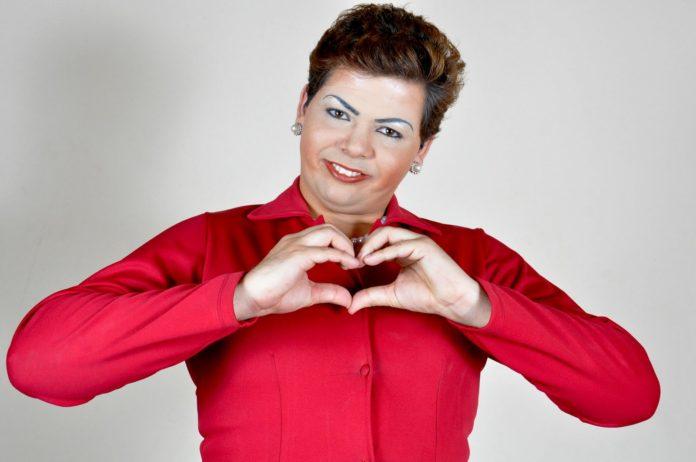 Humorista Gustavo Mendes como a ex-presidenta Dilma Rousseff (Foto: Divulgação)