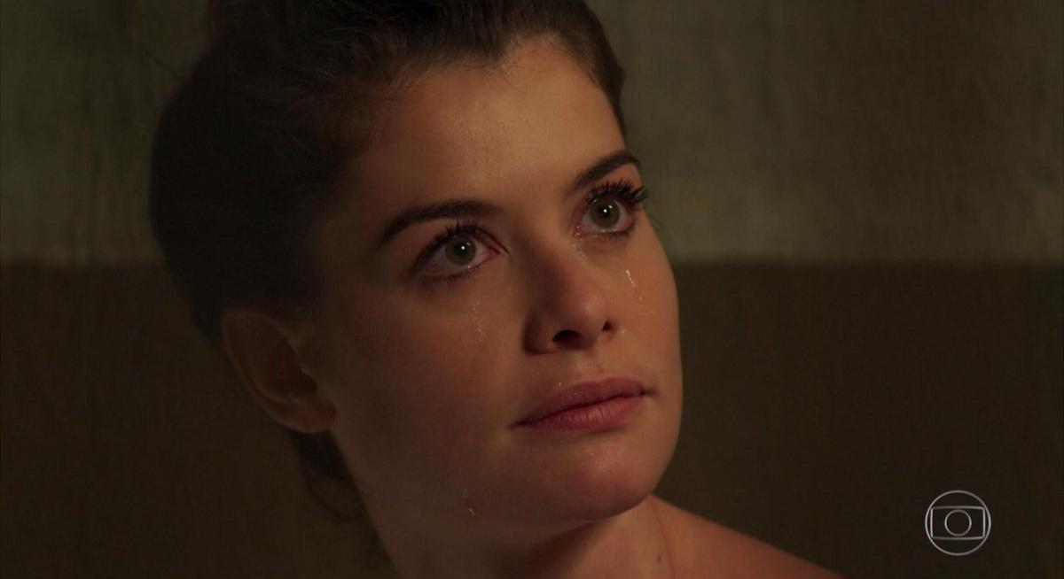 Isabel com raiva pelo seu destino em Espelho da Vida