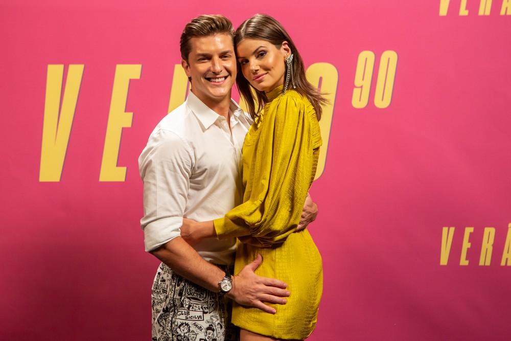 Klebber Toledo e Camila Queiroz caracterizados com seus papéis em Verão 90 na Globo (Foto: Isabella Pinheiro/Gshow)