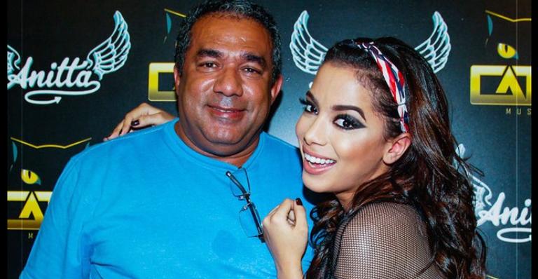 """Pai de Anitta, revela que cantora parou de ser sua própria empresária pois o surfista, Pedro Scooby é 'bom de cama"""". (Foto: Divulgação)"""