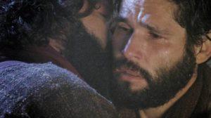 Judas (Guilherme Winter) beija Jesus (Dudu Azevedo) (Foto: Reprodução)