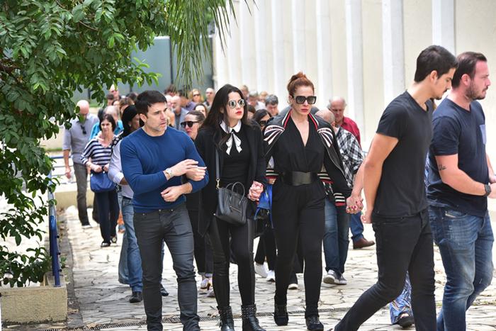 Claudia Raia acompanhada da família no enterro da mãe (Foto: Leo Franco/AgNews)