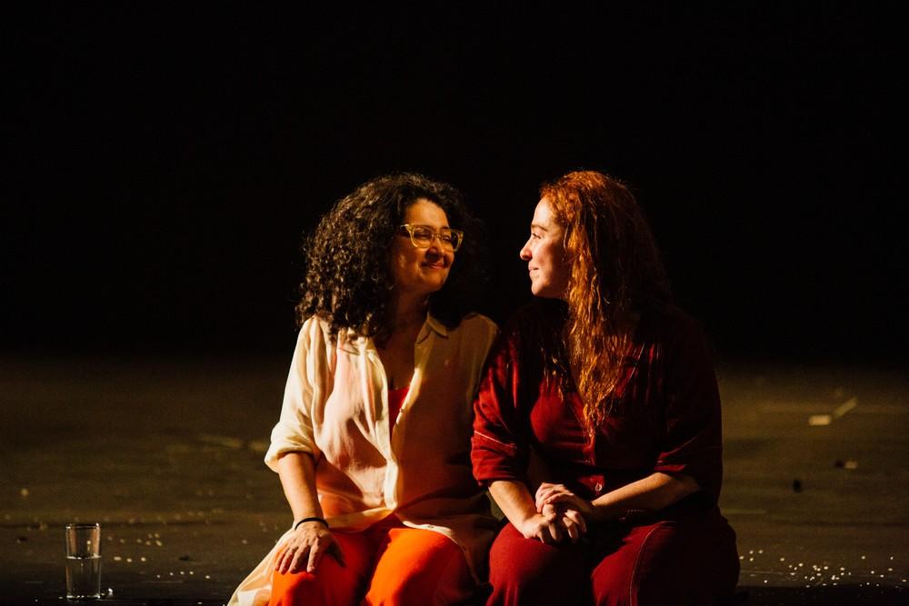Inez Viana e Debora Lamm contracenam pela primeira vez no palco: parceria na vida e na arte — Foto: Divulgação