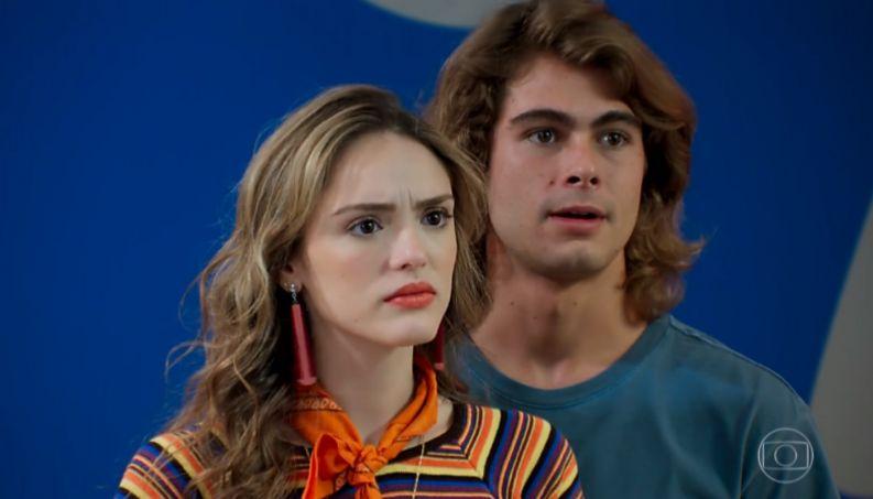 Manuzita e João em cena da novela Verão 90 (Foto: Reprodução/Globo)