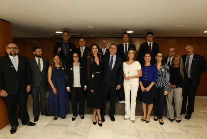 Luciana Gimenez e os jornalistas com Jair Bolsonaro (Foto: Reprodução)