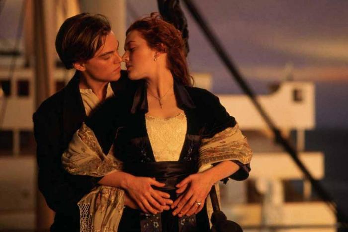 Jack (Leonardo di Caprio) e Rose (Kate Winslet) em cena clássica de Titanic (Foto: Reprodução)