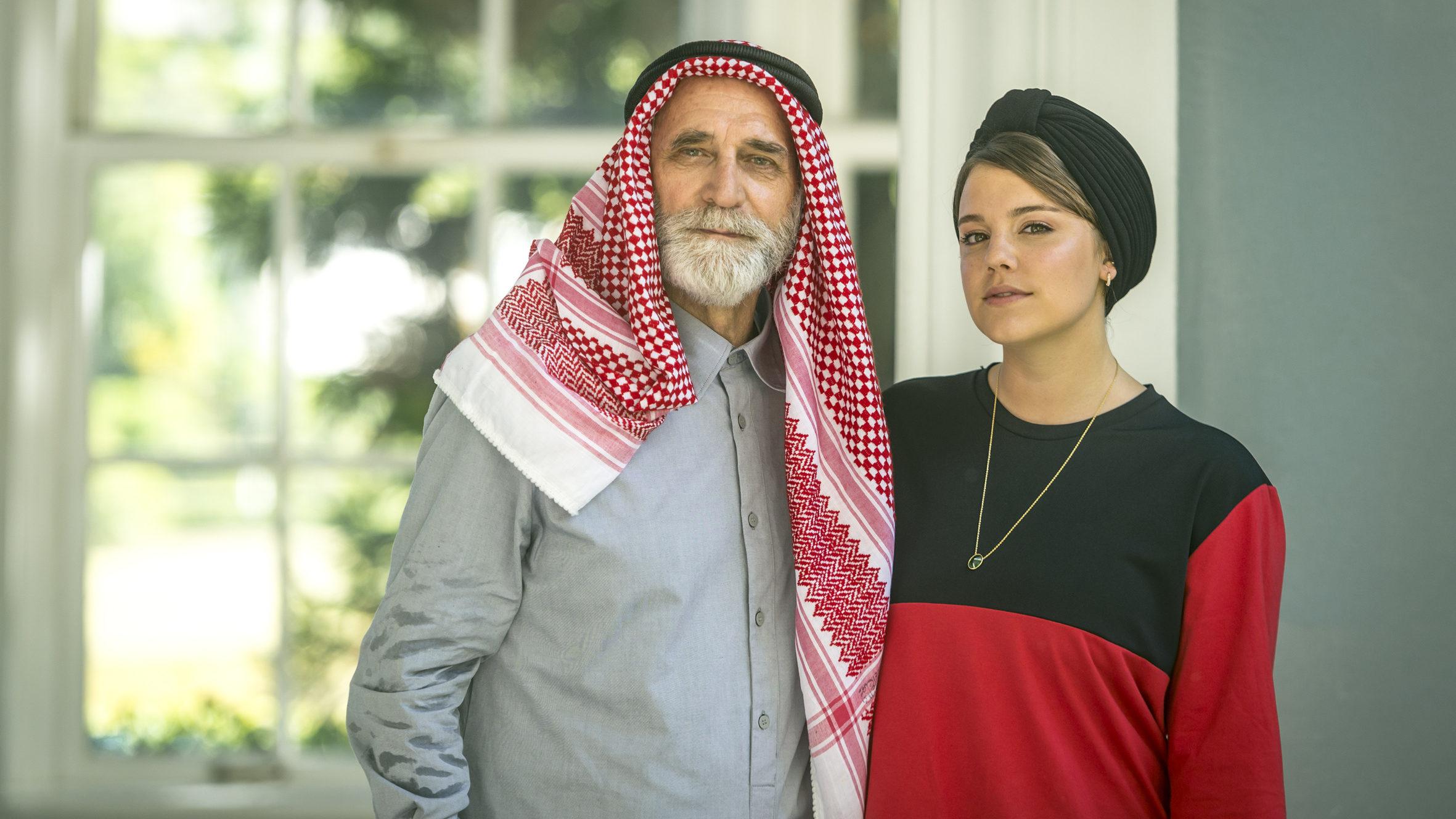 Aziz (Herson Capri) e Dalila (Alice Wegmann) em Órfãos da Terra (Divulgação/ TV Globo)