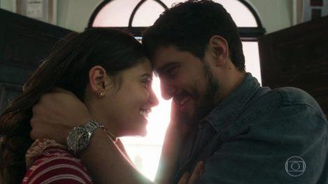 Laila (Julia Dalavia) e Jamil (Renato Góes) em cena de Órfãos da Terra (Foto: Reprodução/Globo)