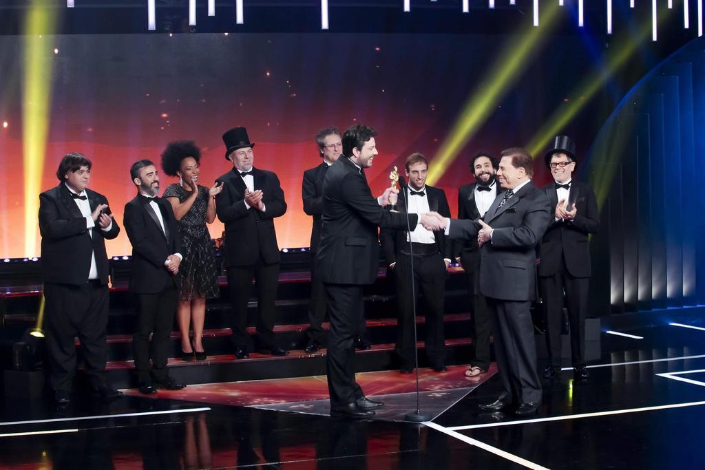 Danilo Gentili recebendo o Troféu Imprensa das mãos de Silvio Santos (Foto: Reprodução)