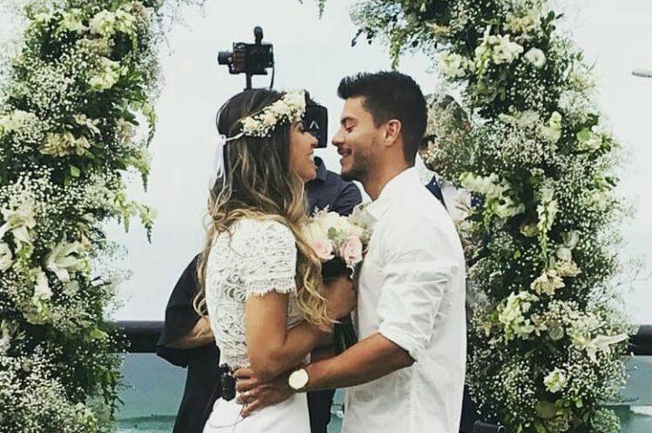 Mayra Cardi e Arthur Aguiar no casamento surpresa