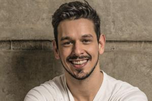 O ator João Vicente de Castro emocionou ao falar sobre a morte do pai e recebeu apoio dos internautas em rede social (Foto: Reprodução)