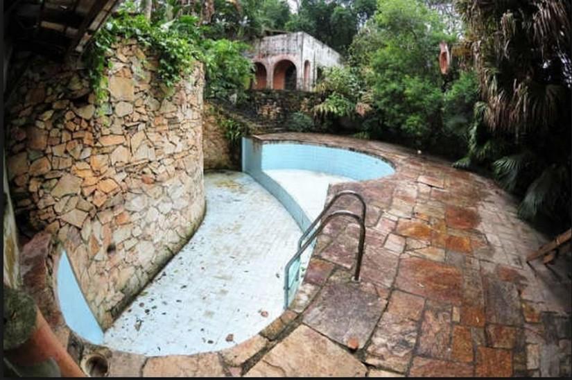 Imóvel foi a última morada de Clodovil Hernandes, falecido em 2009; hoje, está deteriorado (Foto: Reprodução)